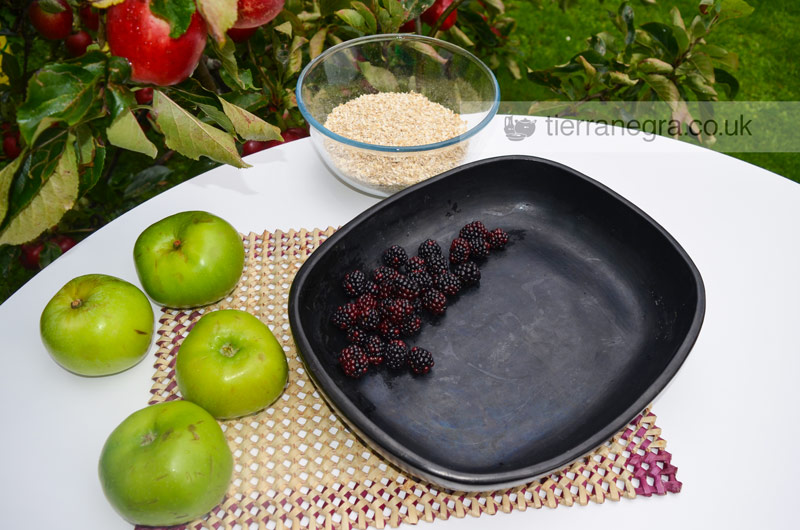 Apple and bramble crumble with oats
